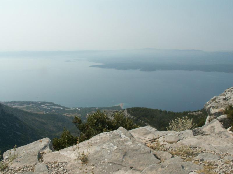 Pohled z Vigovy gory na pláž u Bolu